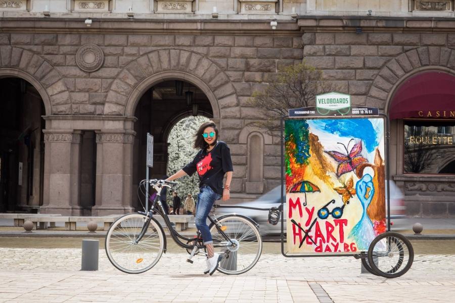Инициатор на благотворителната кампания за деца, които имат желание да се докоснат до изобразителното изкуство, е журналистът и автор на два бестселъра - Калина Паскалева.
